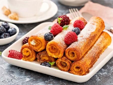 Рулца от пържени филийки с плънка от сладко от боровинки и сирене - снимка на рецептата